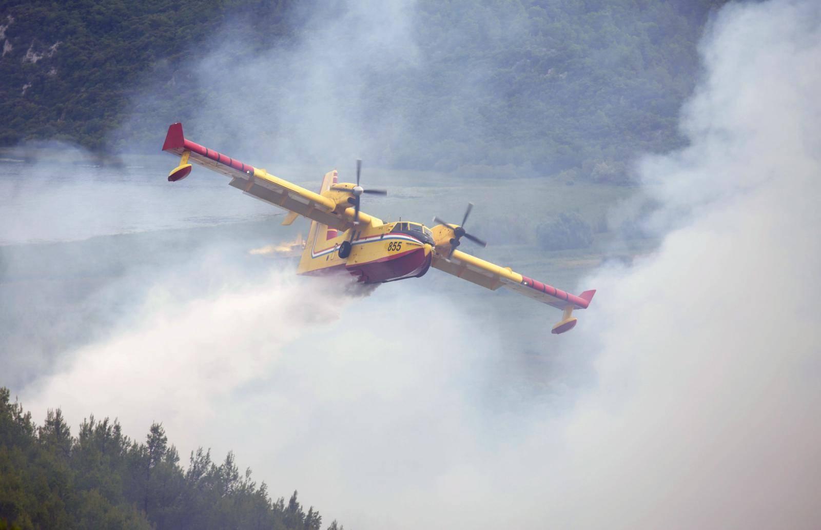 Kanader se bori s požarom na nepristupačnom terenu pored Skradina