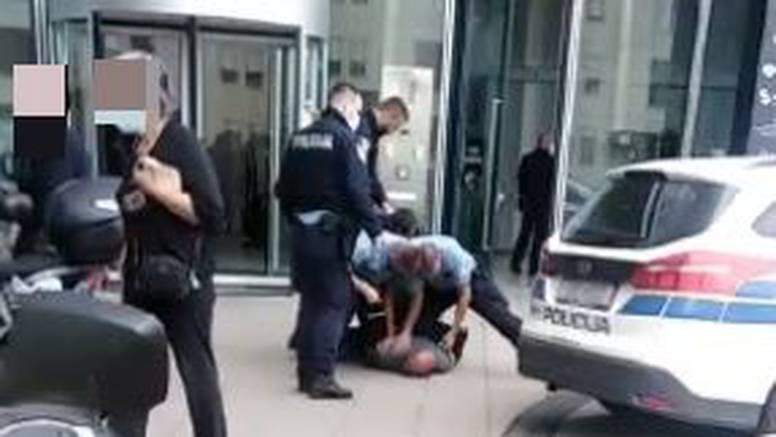 EKSKLUZIVNI VIDEO 'Policajci su ga držali na podu, on se derao. Ispred su bile djelatnice banke'