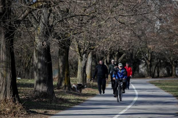 Zagreb: Sunčano i vjetrovito popodne na jezeru Jarun