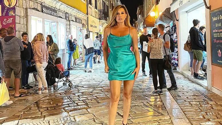 Nives Celzijus pred prolaznicima pozirala u kratkoj haljini, njeni aduti privukli su poglede turista