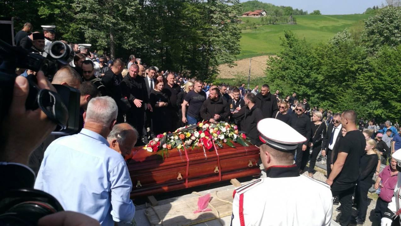 Ubili ga na cesti: Sahranili su  Krunića, lijes vukli crni konji