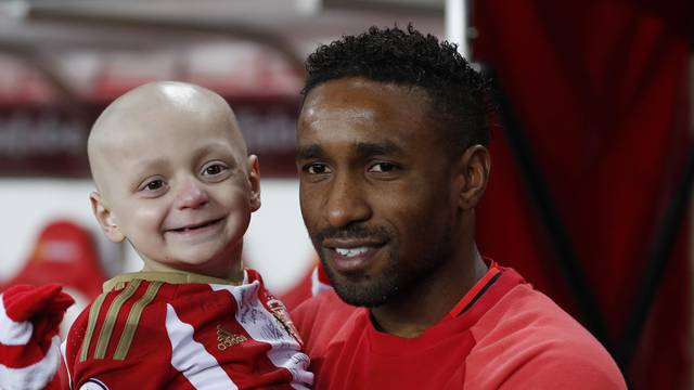 Sunderland's Jermain Defoe and mascot Bradley Lowery pose for a photo before the game