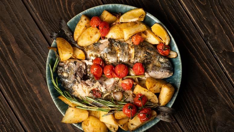 Za sve ljubitelje riba: Pečeni brancin s krumpirom i rajčicom