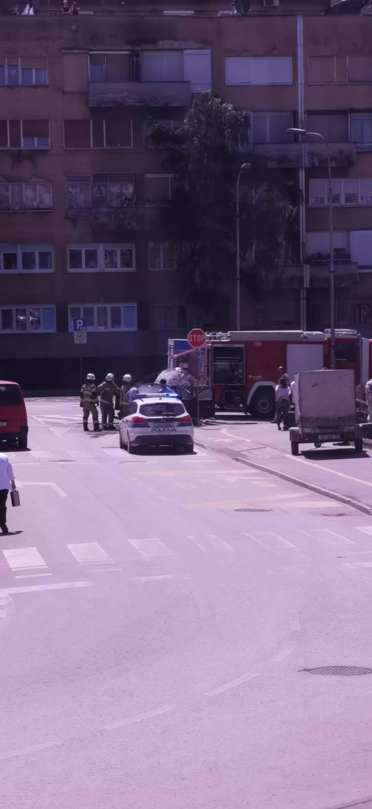 Buknuo požar na dva BMW-a, jedan u Karlovcu, drugi u Požegi