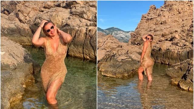 Mehun uživa u skrivenoj uvali: Pozirala u uskoj zlatnoj haljini