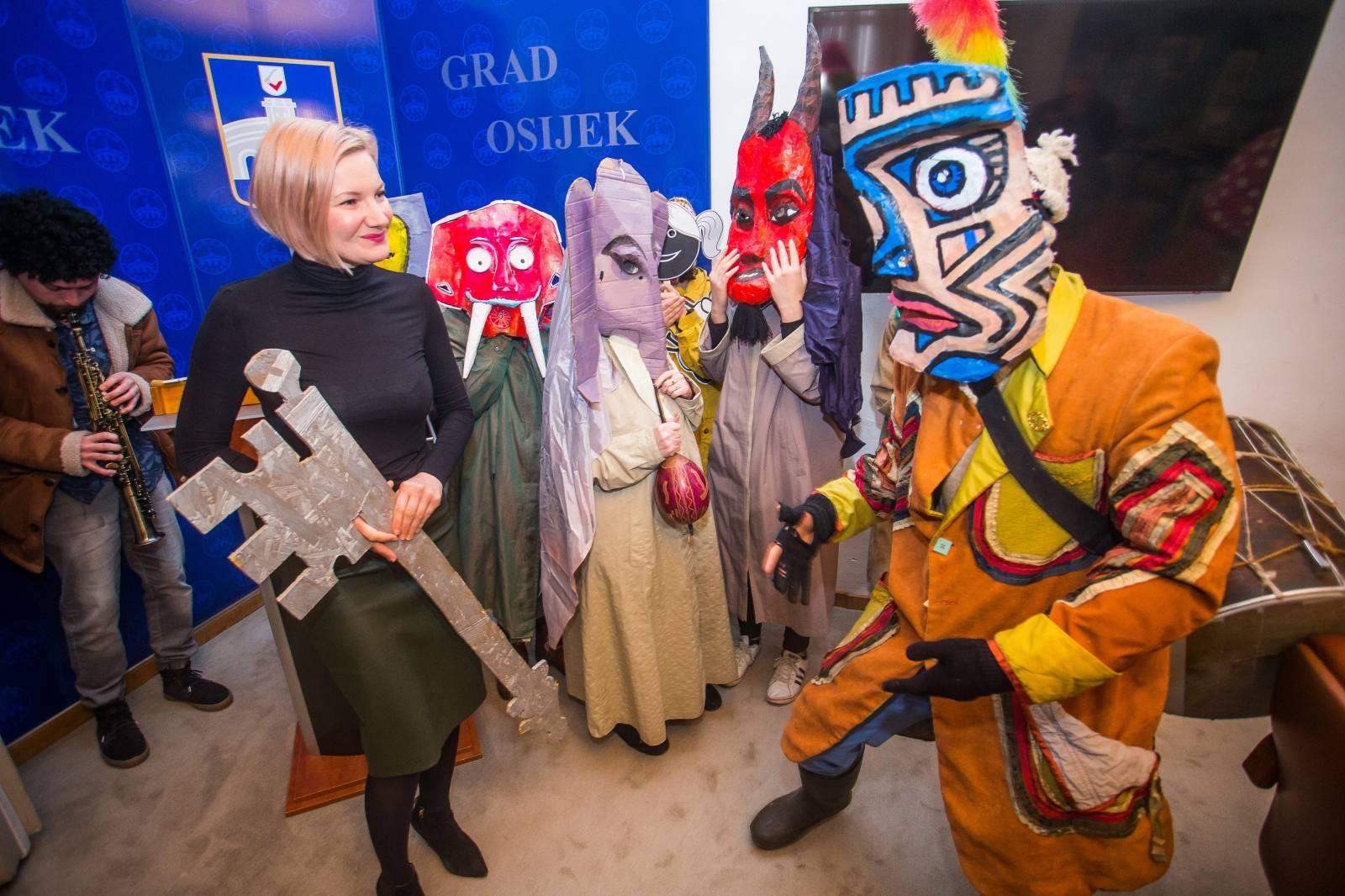 Osijek: Gradonačelnica Žana Gamoš predala je ključeve Grada karnevalskoj družini