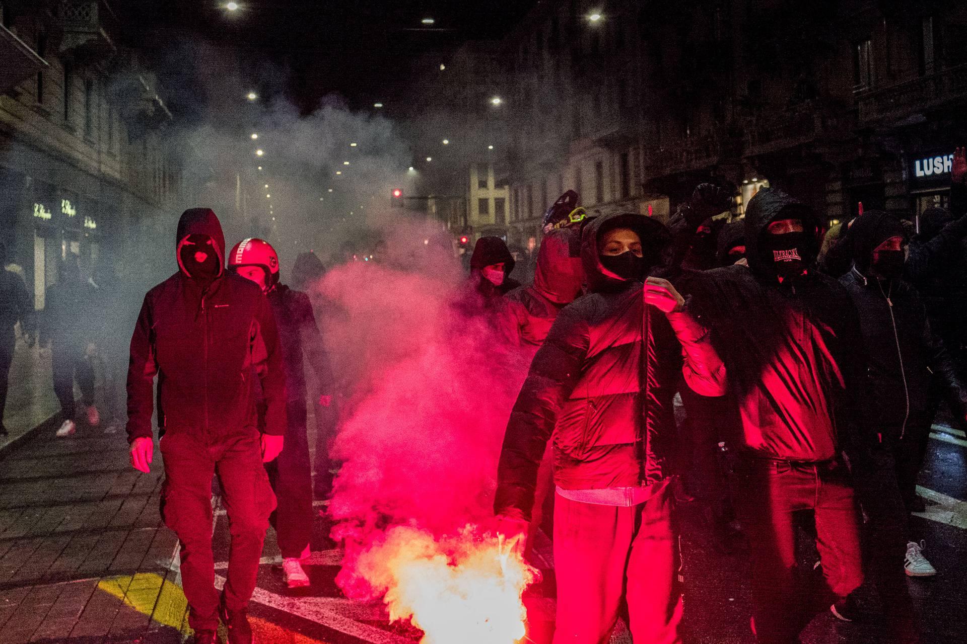 Milano. Manifestazione contro nuove norme COVID19 corso buenos aires palazzo della regione