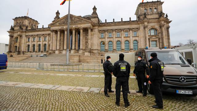 Nakon upada u Kongres, jake mjere pred zgradom Reichstaga
