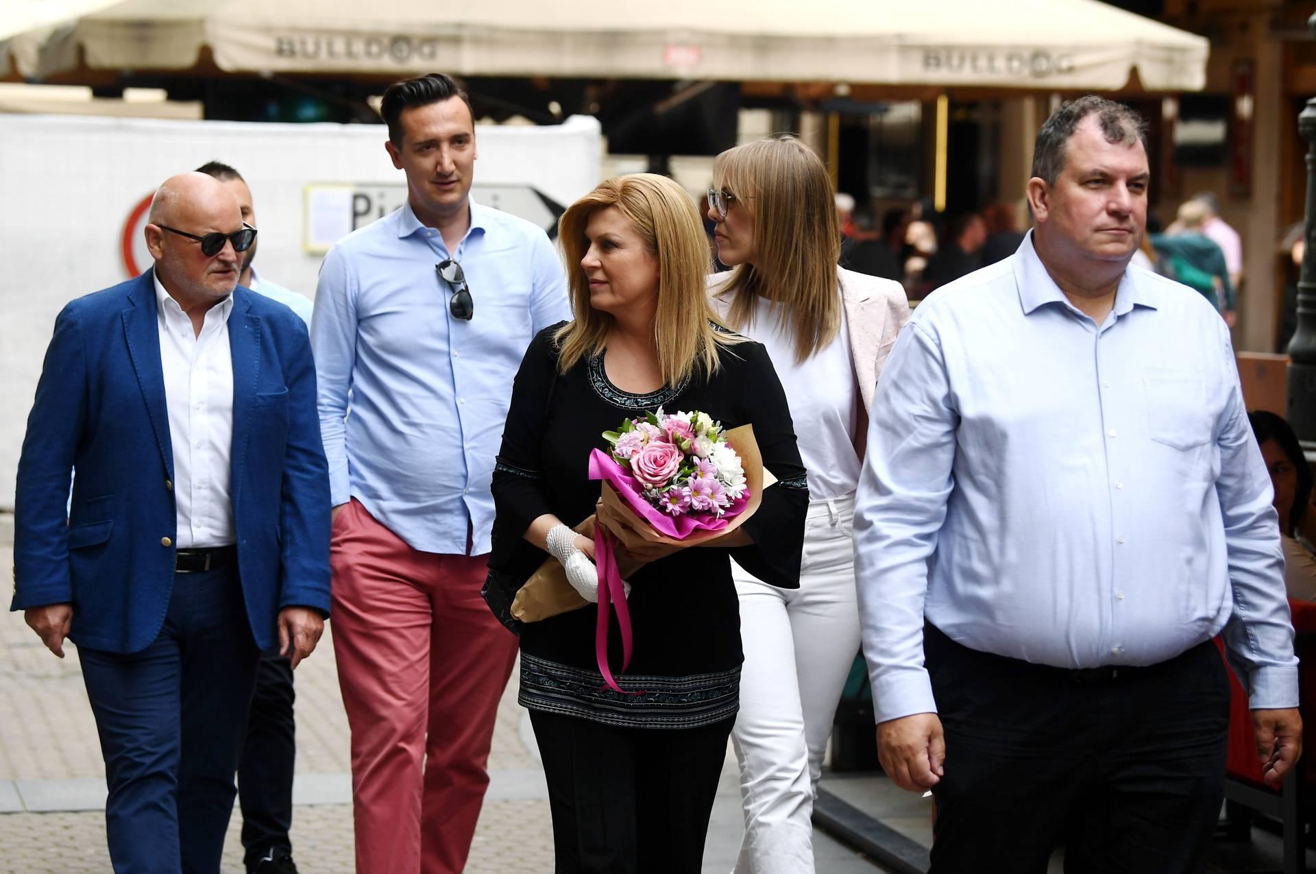 Kolinda Grabar-Kitarović s buketom cvijeća i ozlijeđenom rukom u šetnji centrom grada