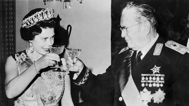 Objavili neviđene fotografije i snimke Elizabete, na jednoj od njih s Titom 'bratski' dijeli voće