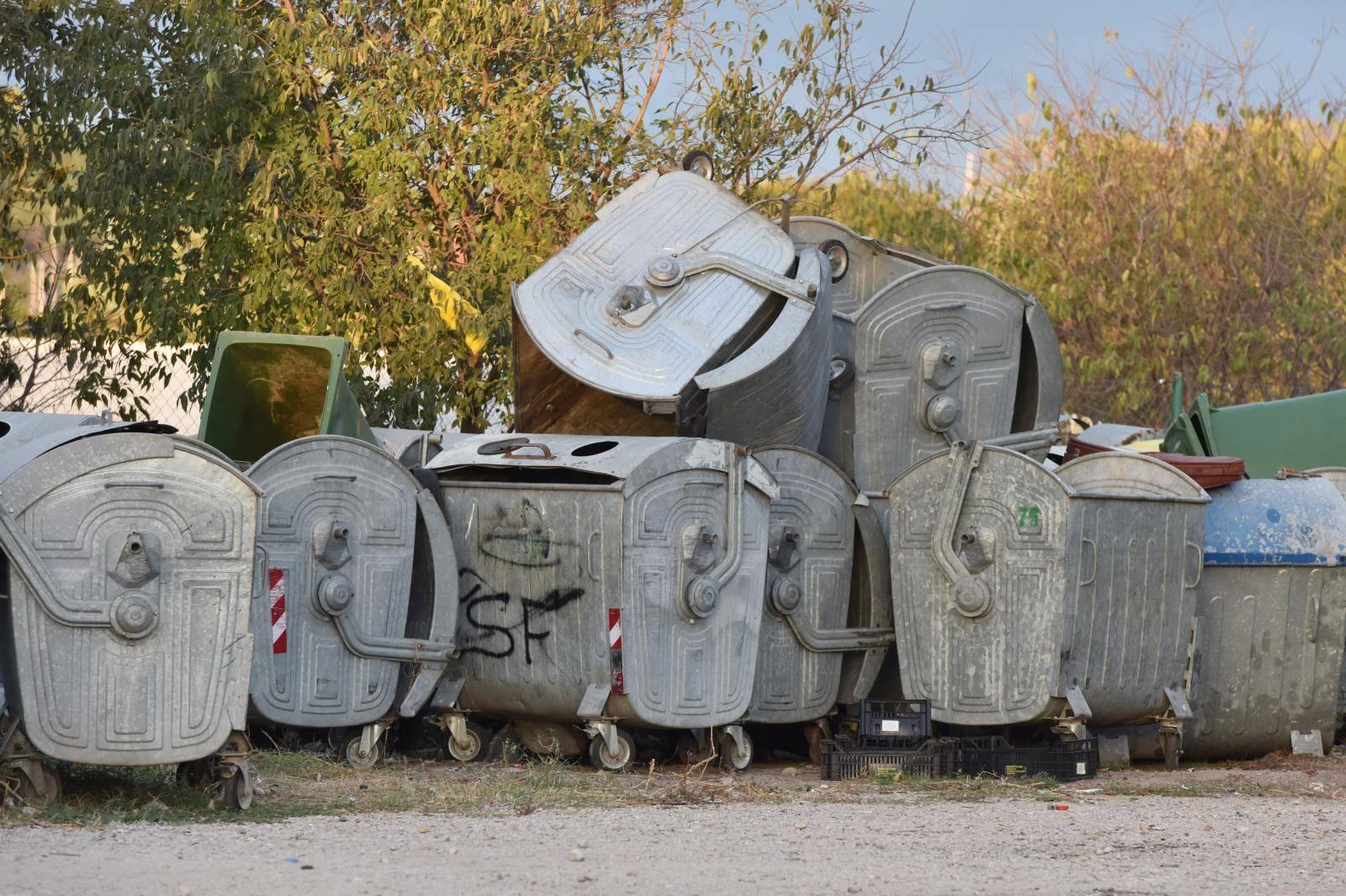 Stari kontejneri za odvoz smeća