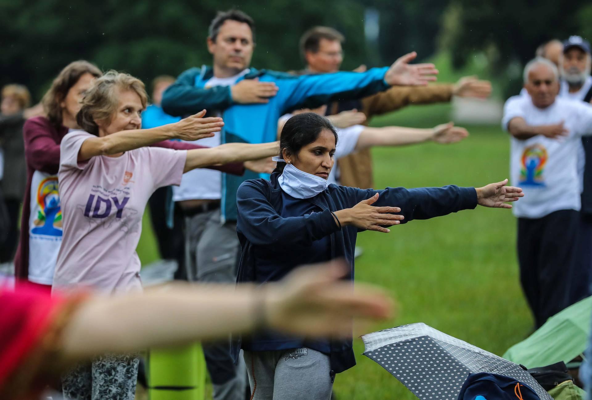 Međunarodni dan joge: U parku Maksimir građani su besplatno vježbali, kiša im nije smetala
