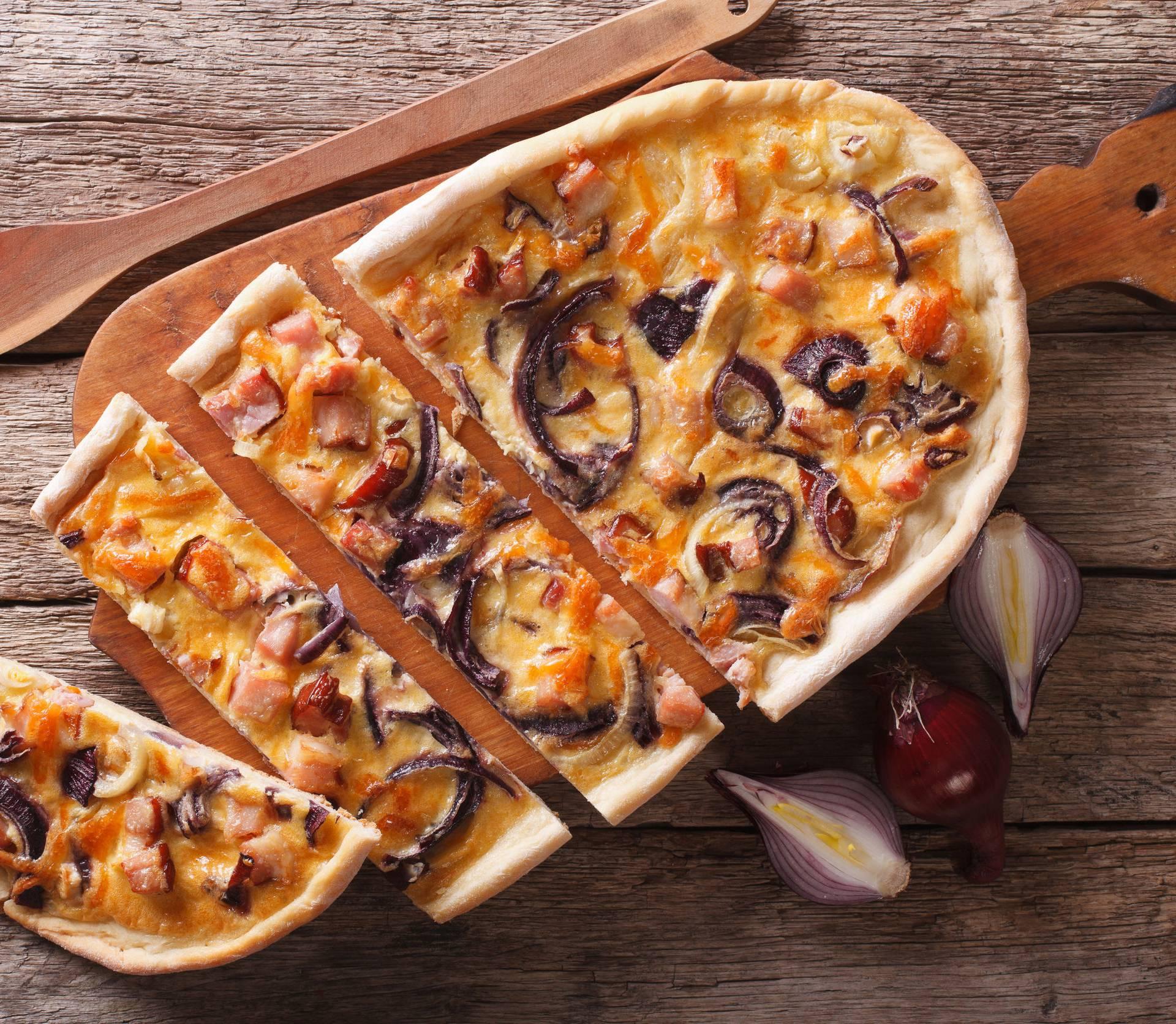 Brza večera: Pita sa slaninom, lukom, jajima i kiselim vrhnjem