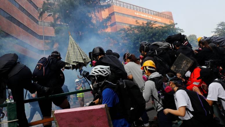 Policija opkolila Politehničko sveučilište, studenti bježe