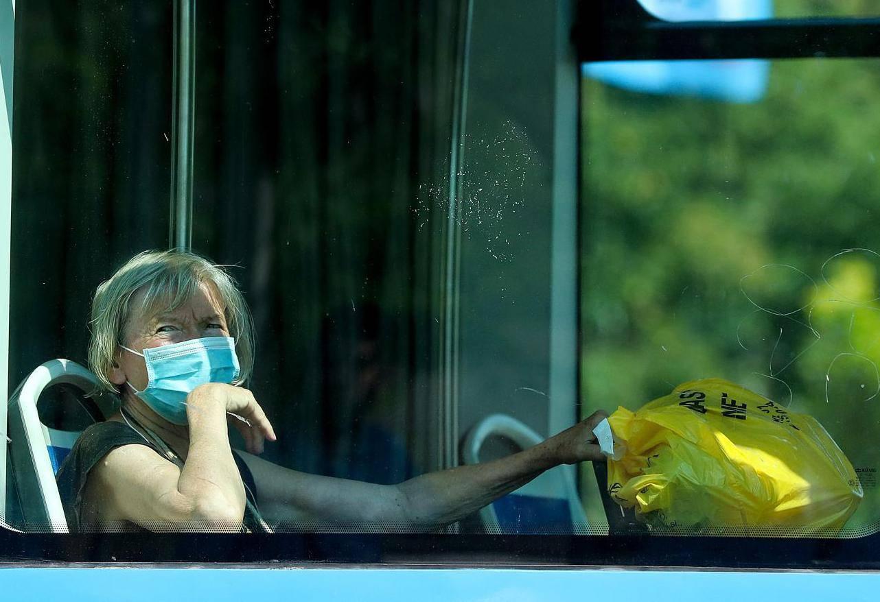 Zagreb: Građani nose zaštitne maske i u javnom prijevozu i na otvorenom