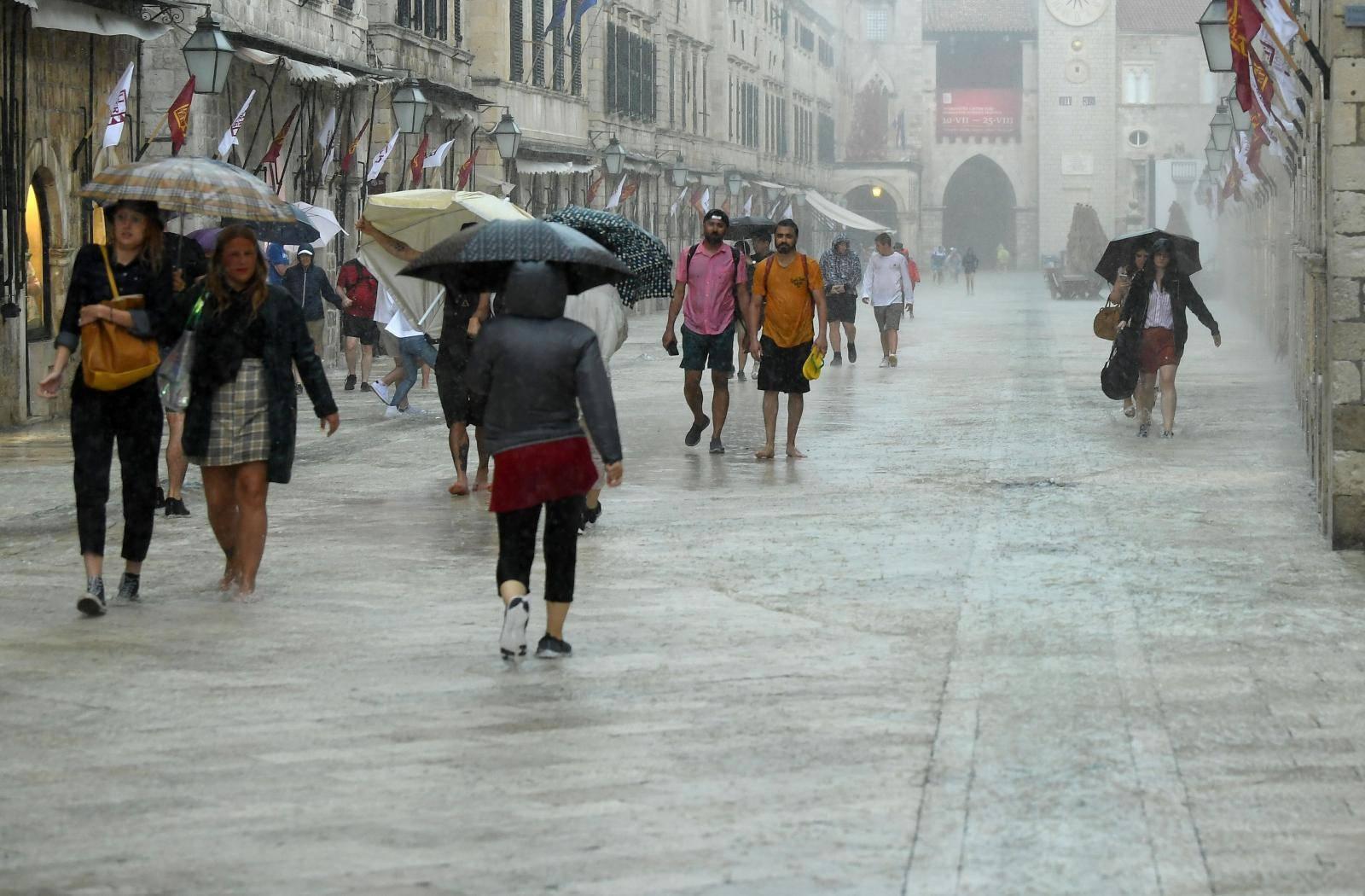 Dubrovnik: Obilna kiša poplavila Stradun