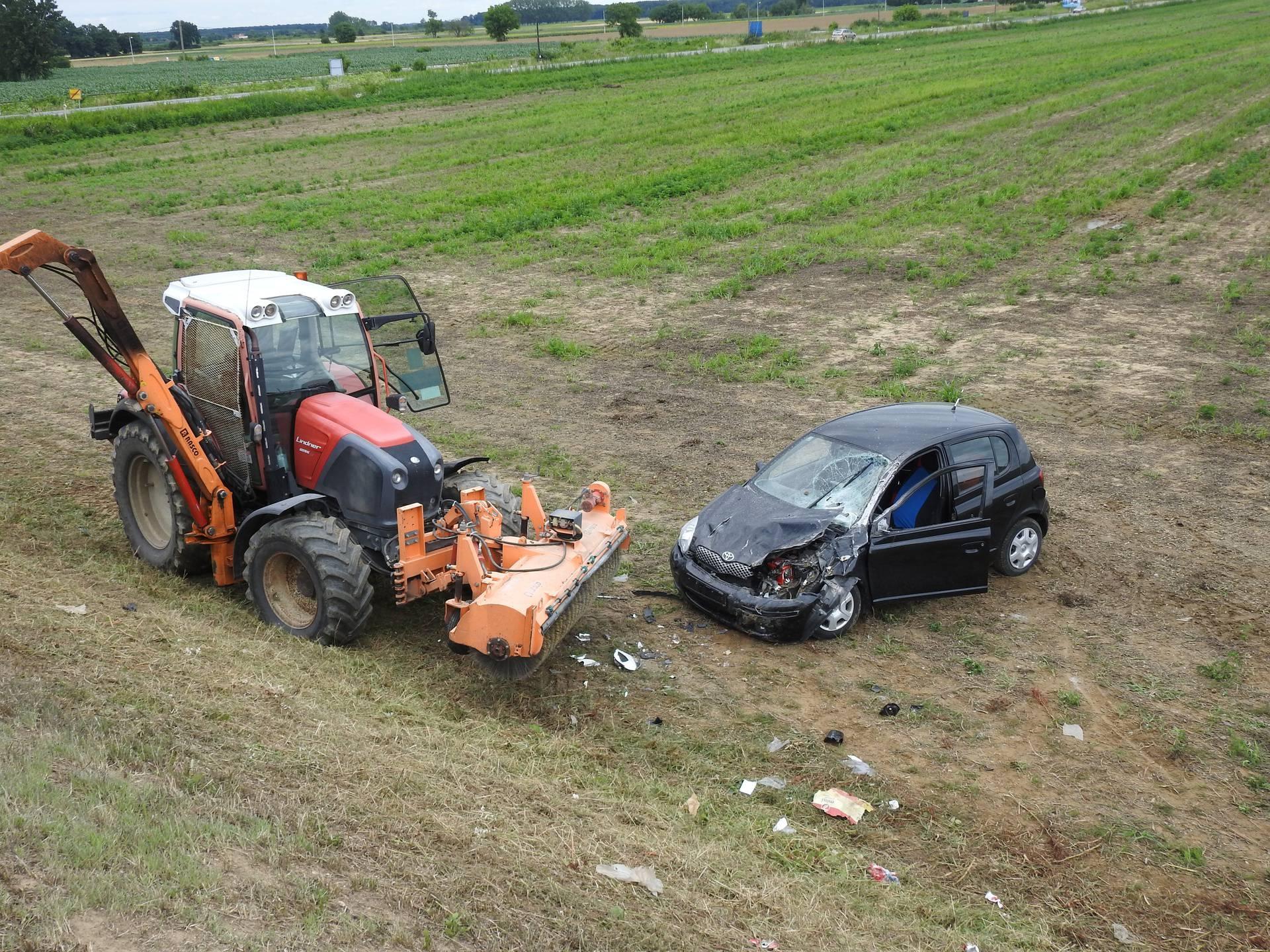 Auto podletio pod traktor koji je kosio travu kod Koprivnice