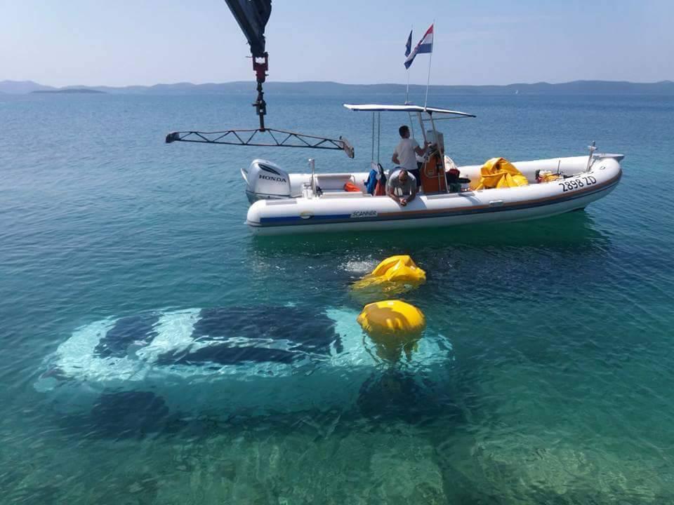 Dovoljan je trenutak nepažnje: Luksuzni auto završio u moru