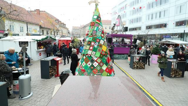 Otkriveno vuneno drvce za pomoć beskućnicima u Zagrebu