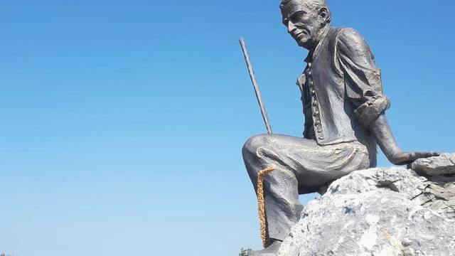 S planine ukrali 50 kg težak kip: Spomenik starcu Gungi trebao  biti turistička atrakcija tog kraja