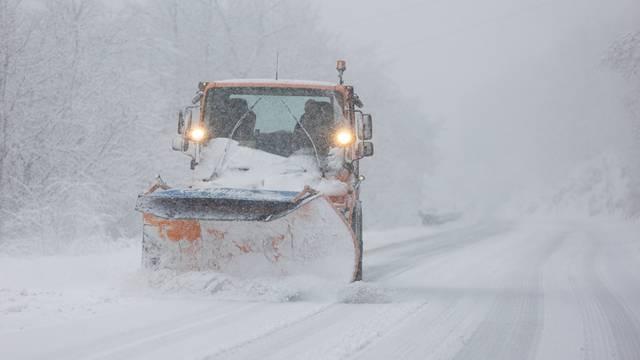 Snijeg pada diljem Hrvatske, zabijelilo i Dalmaciju, policija apelira: Oprezno na cestama!