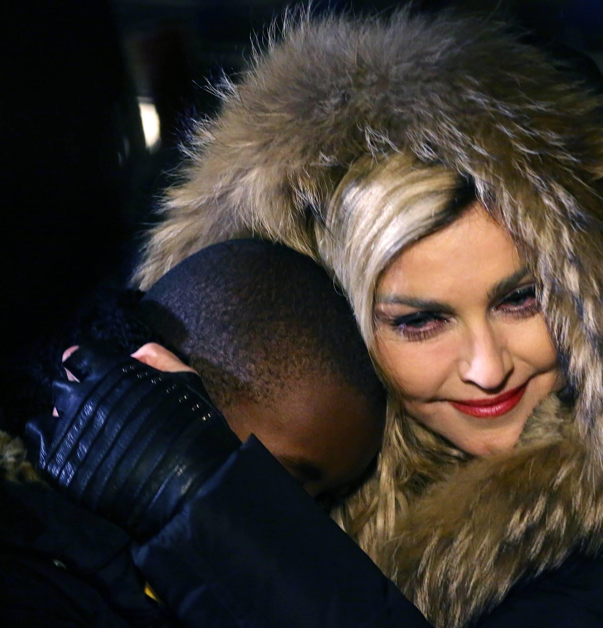 Exclusif - Prix sp?©cial - No Web No Blog - Madonna se recueille avec son fils David sur la place de la R?©publique apr?¨s son concert ? Paris