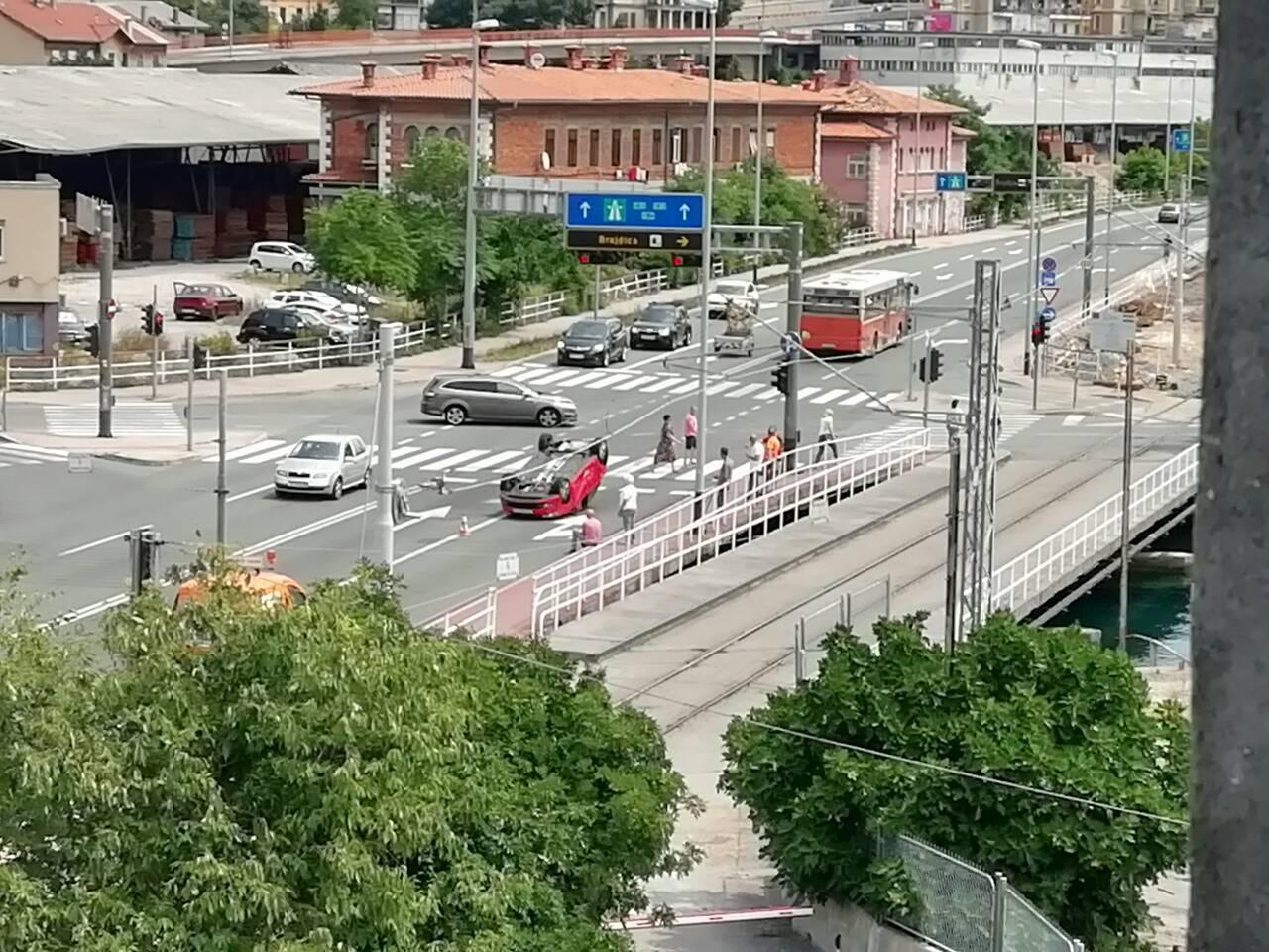 Sudarila se dva auta na riječkoj Delti: Jedan završio na krovu