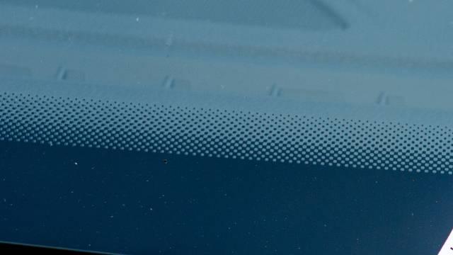 Znate li čemu služe ove crne točkice na staklu vašeg auta?