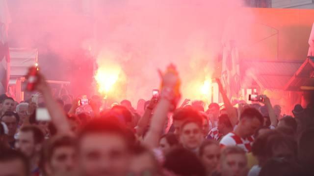 Zagreb: Navijačice i navijači na glavnom Trgu prate utakmicu Hrvatska-Škotska