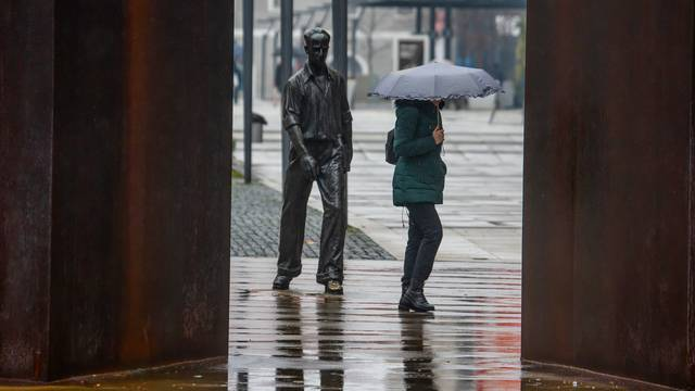 Prohladno i kišno vrijeme u Osijeku 'zatvorilo' ljude u kuću