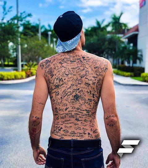 Nagovara poznate ljude da mu svoje ime tetoviraju na leđa