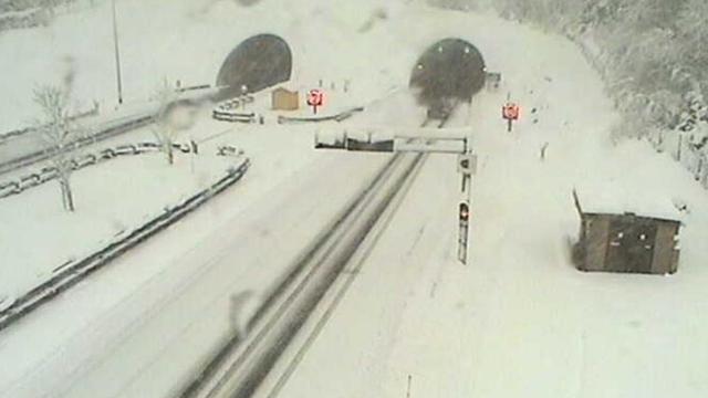 Snijeg u Lici i Gorskom Kotaru: Česti su zastoji na cestama