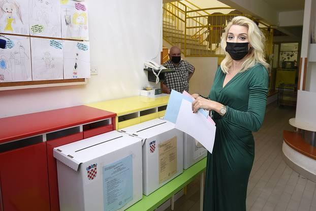 Političari izašli na glasovanje u društvu svojih boljih polovica: Fani stigla u pripijenoj haljini