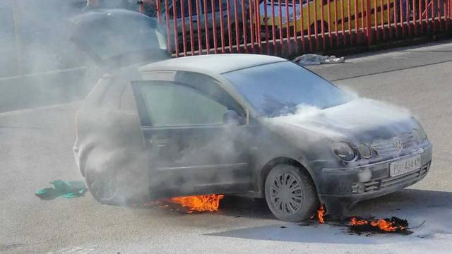 Upalio auto, a on se zapalio! Srećom, vatrogasci su bili brzi...