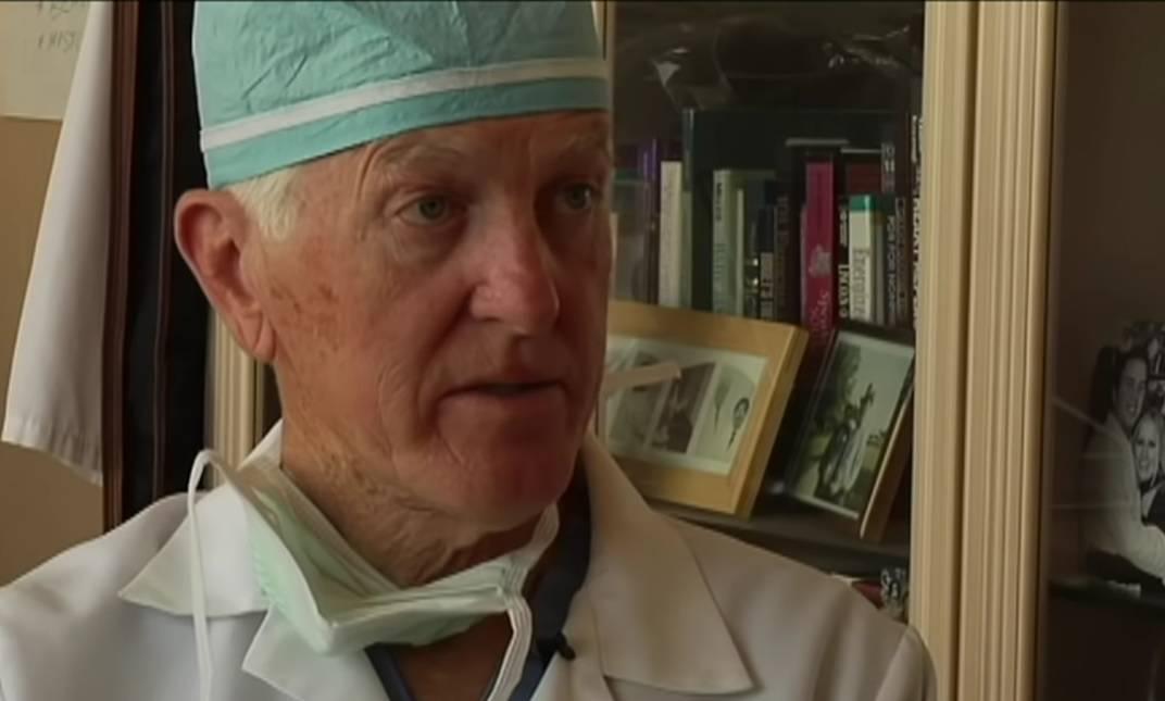 Umro je kirurg koji je djetetu presadio srce majmuna
