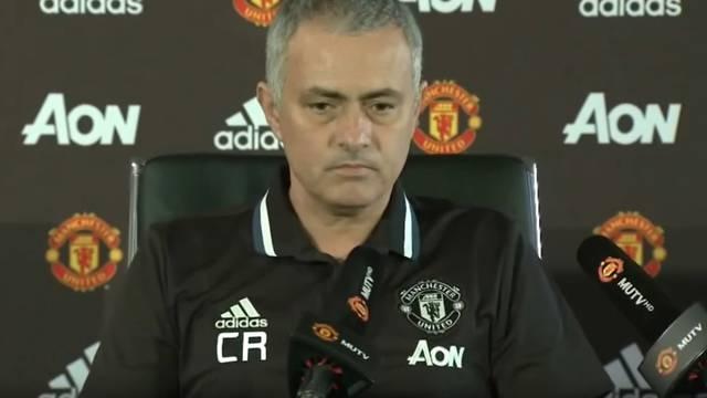 Mourinho na presici u majici s inicijalima CR u čast Ranieriju