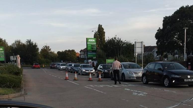 Nedostatak vozača premetilo isporuku goriva u UK: 'Čekali smo na benzinskoj 40 minuta'