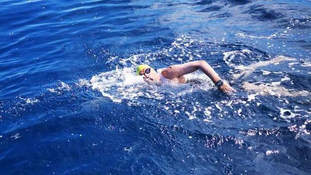 Lošinjanin Damir Kocijan pliva 12 sati od Lošinja do Paga za pomoć sumještaninu u liječenju