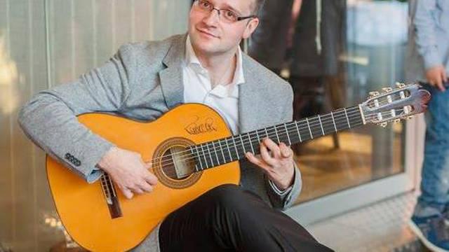 Besplatno podučava ljude sviranju gitare 'preko ekrana'