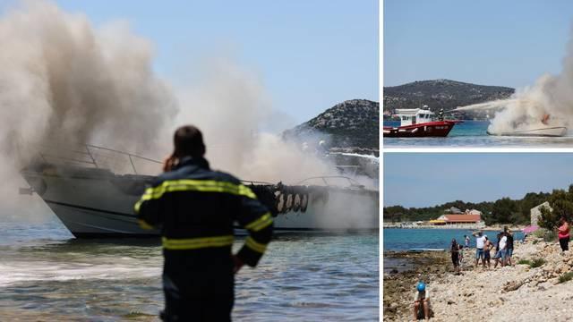 VIDEO Na gorućoj jahti bilo je osmero Austrijanaca. Uspjeli su doći do obale i spasiti se