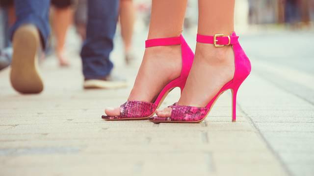 Pripremite stopala za otvorene cipele uz domaći piling i kremu