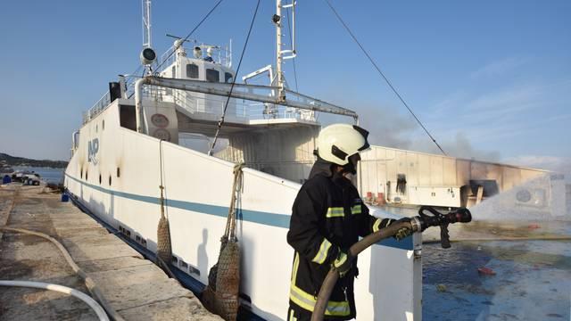 Šibenik: Vatrogasci i nakon 24 sata pokušavaju ugasiti požar koji je izbio na brodu