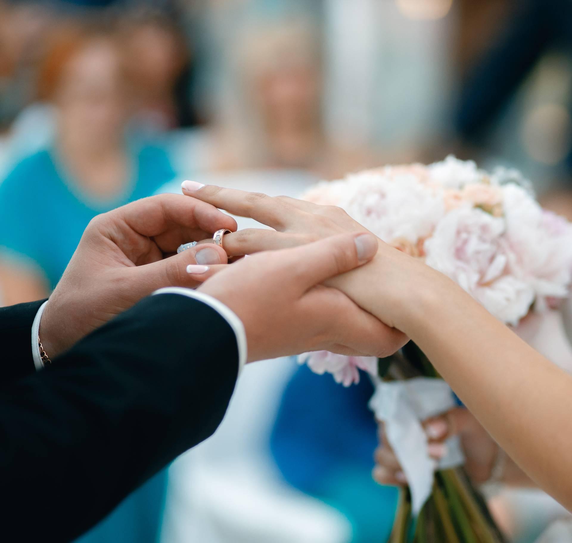 Znate li zašto vjenčani prsten nosimo na lijevom prstenjaku?