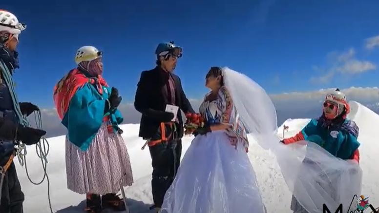 Sudbonosno 'da' izgovorili su na vrhu bolivijske planine: Uspon do vrha trajao je tri dana