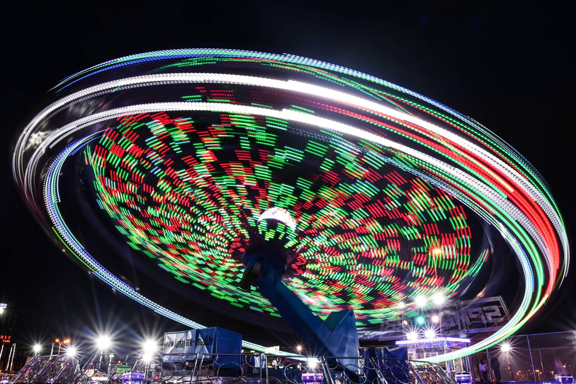 Svietla lunaparka postavljenog kod zagrebačkog Velesajma