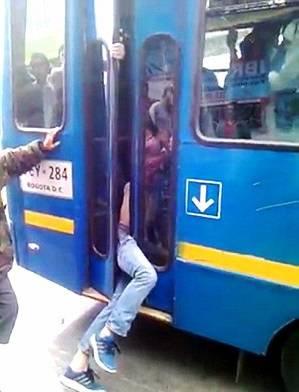 Lopov zapeo u vratima autobusa