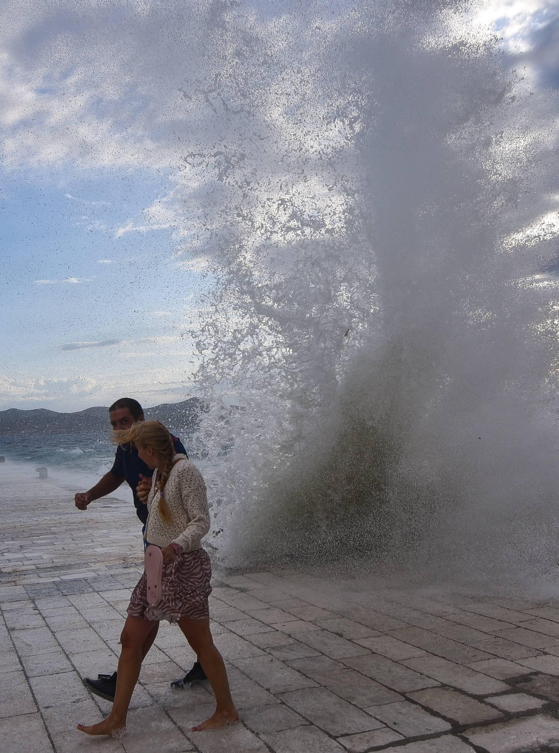 Samo najhrabriji suprotstavili se visokim valovima u Zadru
