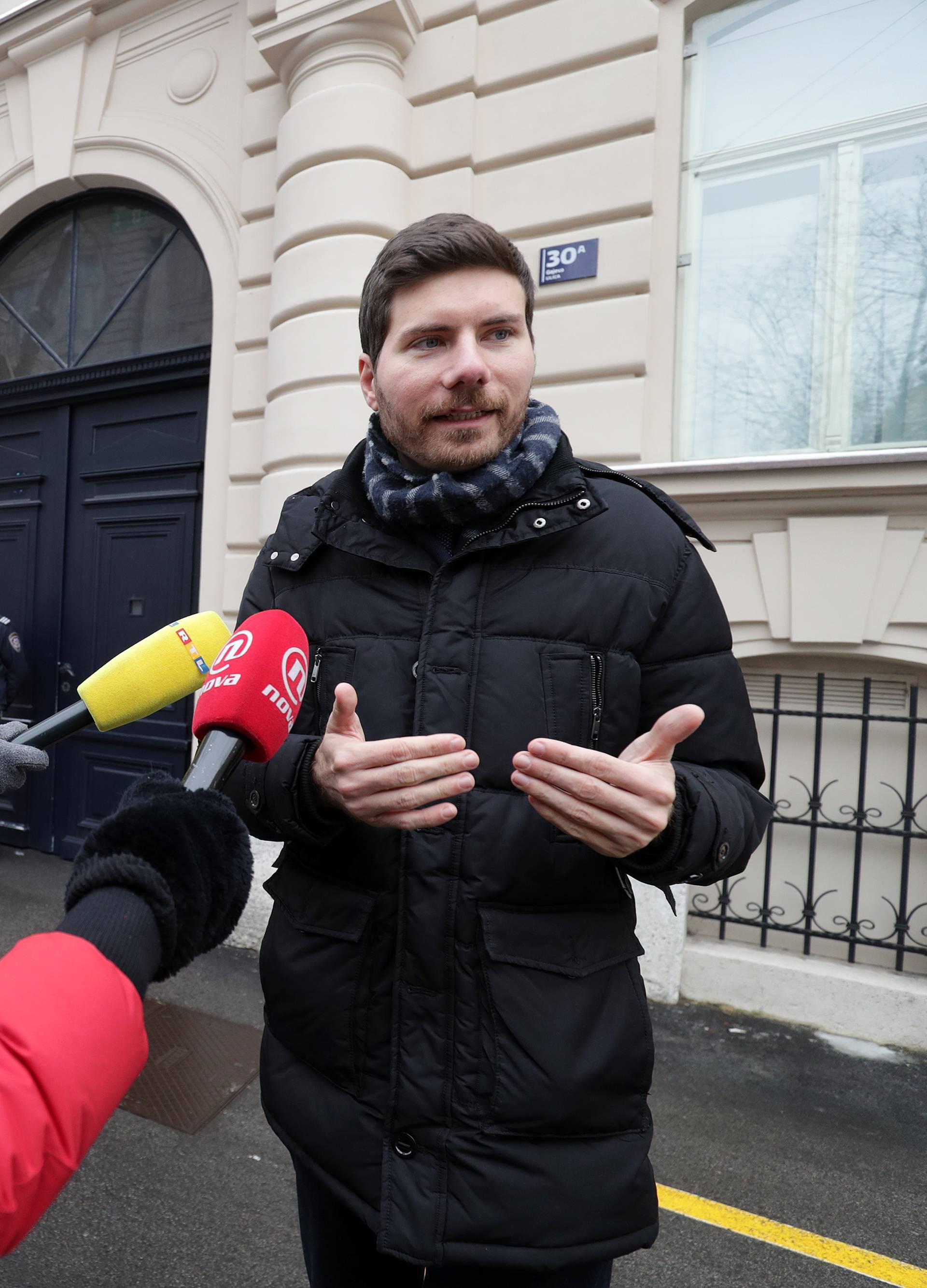 Zagreb: Saborski zastupnik Ivan Pernar održao konferenciju za medije ispred zgrade DORH-a