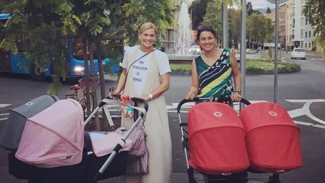 Gužva u gradu: Nevena i Mirna u šetnji sa svojim  blizankama