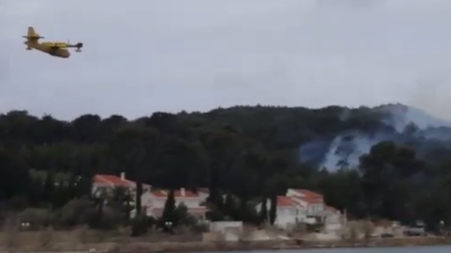 Kanader gasio nisko raslinje i borovu šumu na otoku Ugljanu